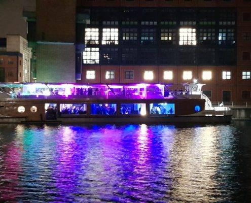 Seminarschiff mit Winter-Pavillon im Heimathafen