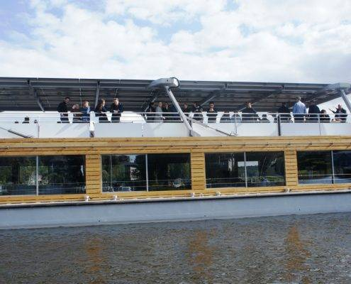 Eventlocation mit Gästen auf dem Dach des Seminarschiffes